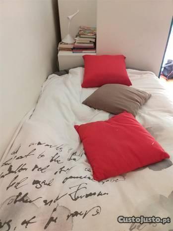 Cama com colchão e gavetoes+ armário
