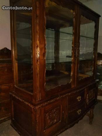 Mobilia sala de jantar em castanho