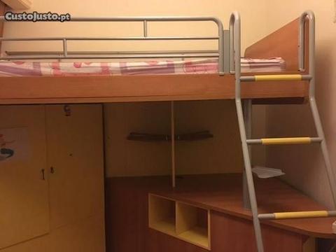 Cama alta com secretaria, armario prateleiras