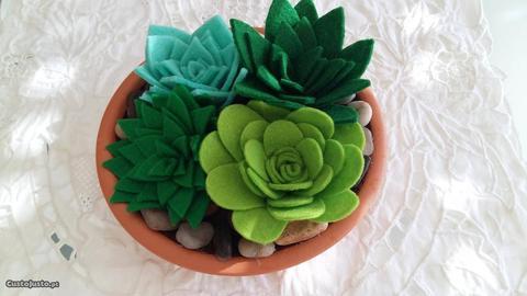 Prato de barro decorativo com flores em feltro