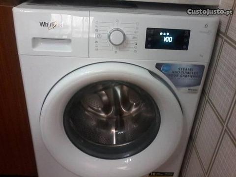 Máquina de lavar roupa marca Wirlpool