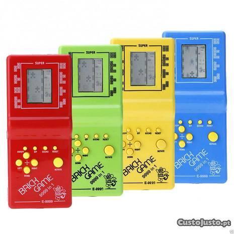 Consola de jogos retro vintage com Tetris e outros