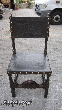 uma cadeira antiga em carvalho
